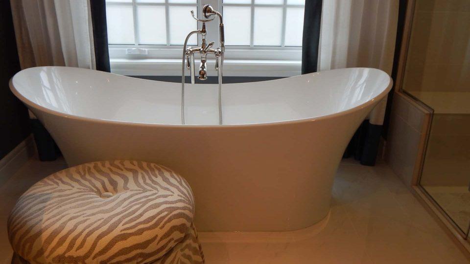 Vana uprostřed koupelny – 5 důvodů proč ano a proč ne