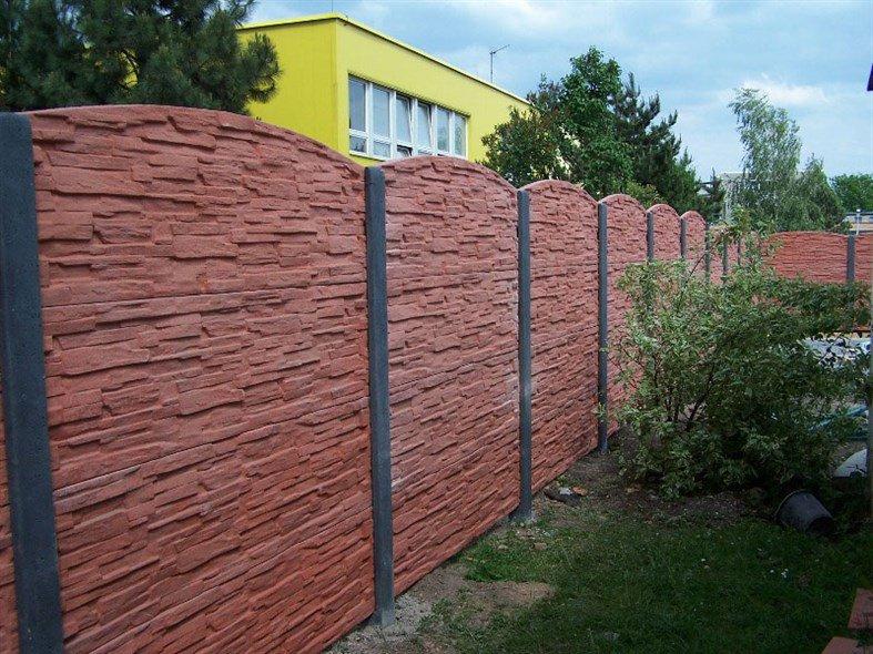 Barevný betonový plot