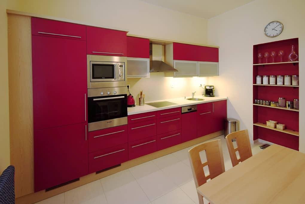 Paneláková kuchyně v červené