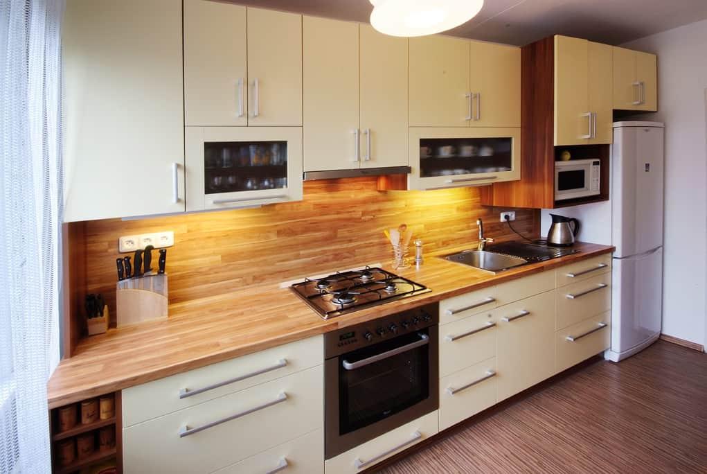Paneláková kuchyně ze dřeva